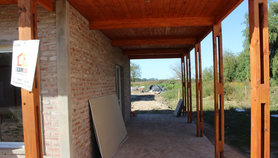 Rossi recorrió las viviendas que se construyen en Carabelas