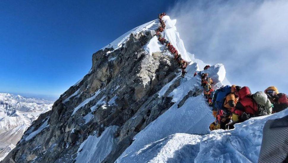"""Colapso en la """"zona de la muerte"""" del Everest: fallecieron ocho montañistas"""