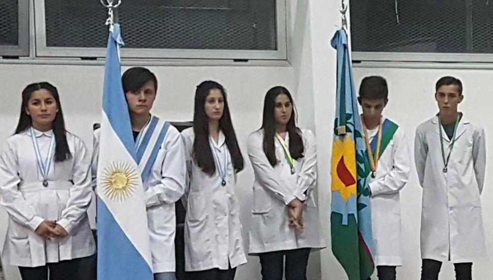 Alumnos que portaron y escoltaron las banderas de ceremonia.