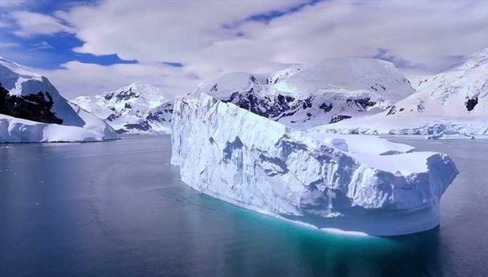 El hielo de la Antártida  esconde cadenas de  montañas y valles