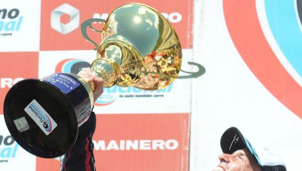 Leonel Pernía festeja el campeonato en Viedma.
