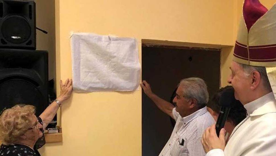 Descubrimiento de la placa recordatoria por parte de familiares del religioso que impulsó la obra.