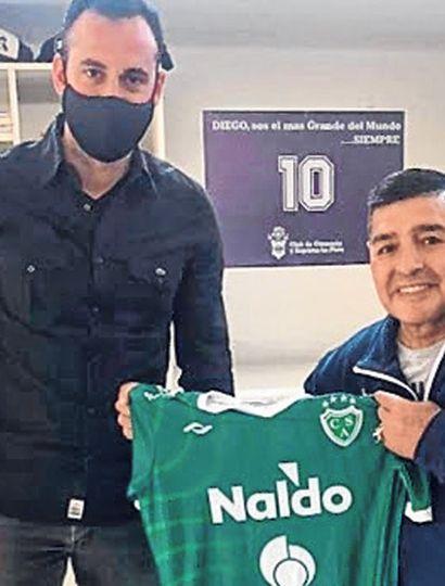 Diego Armando Maradona con la camiseta de Sarmiento de Junín, que le obsequió el ortopedista Gonzalo Simón.