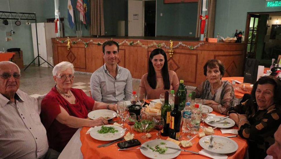 El intendente de Junín, Pablo Petrecca, compartió una cena con los integrantes del Club de los Abuelos.