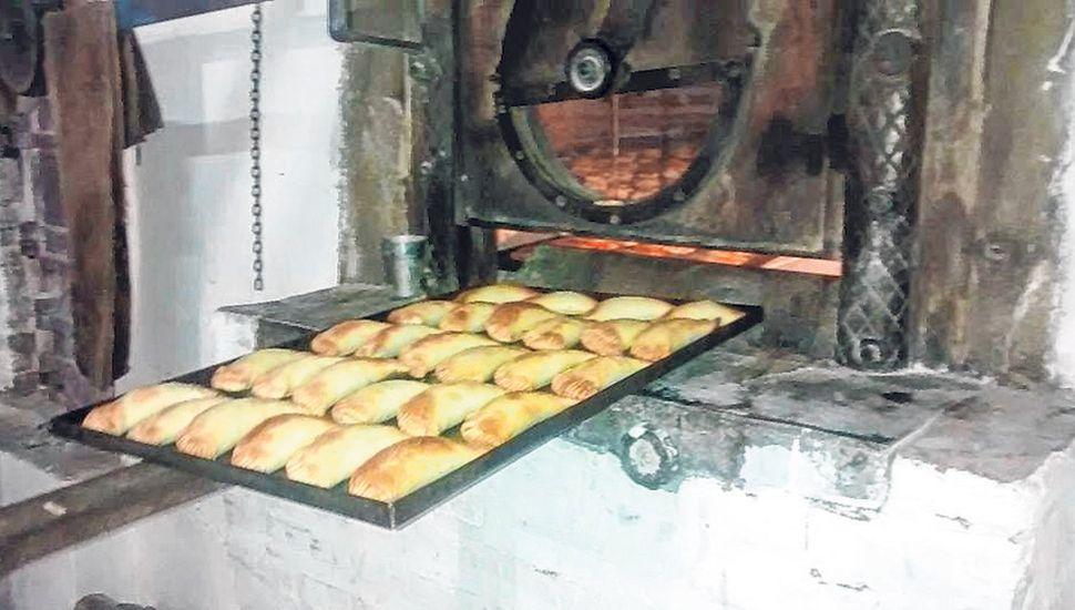 Parte de las empanadas se hornean en la panadería del pueblo.