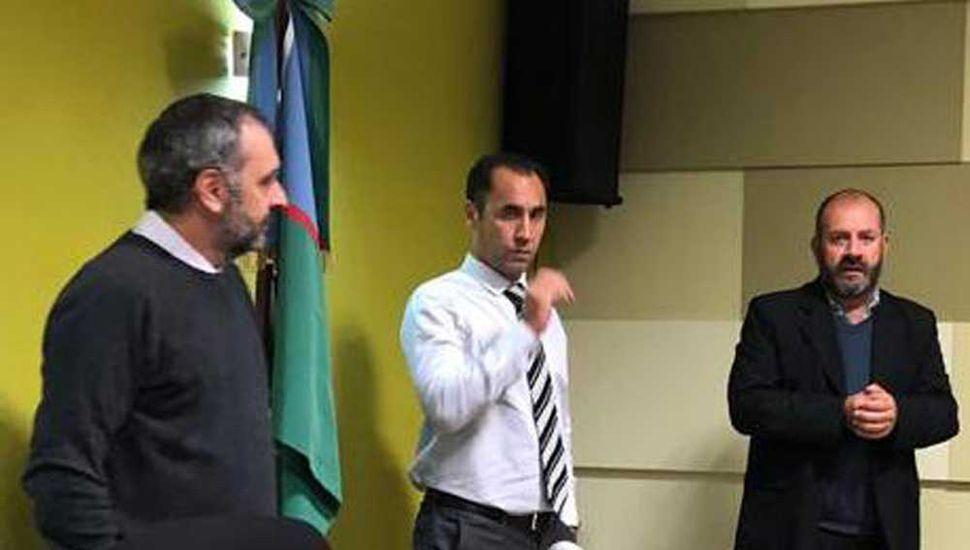 El fiscal general (izquierda) junto a su secretario y a Hernán Valetti.