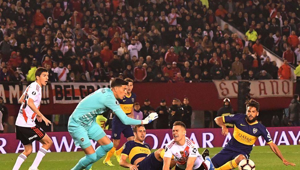 Rafael Santos Borré marcó de tiro penal elprimer gol del partido, a los pocos minutos de juego.