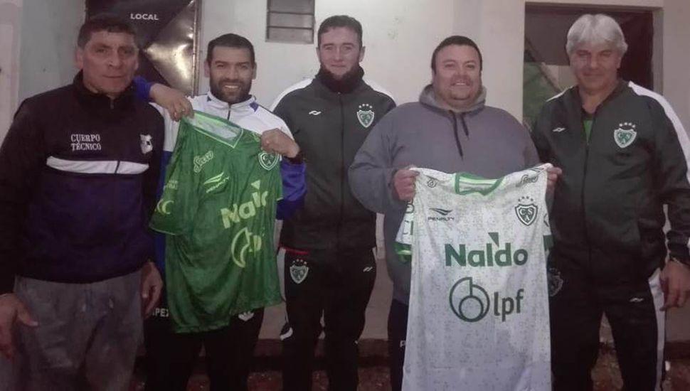 Sergio Barbagelata (derecha) junto a dirigentes del Club Libertad de 9 de Julio a quienes se les obsequiaron camisetas de Sarmiento.
