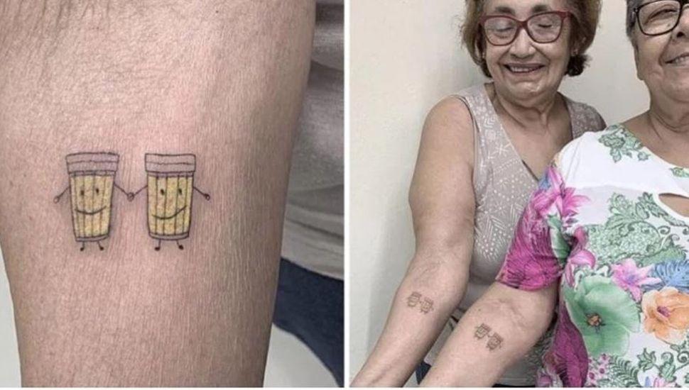 Abuelas se tatuaron dos cervezas para festejar 30 años de amistad