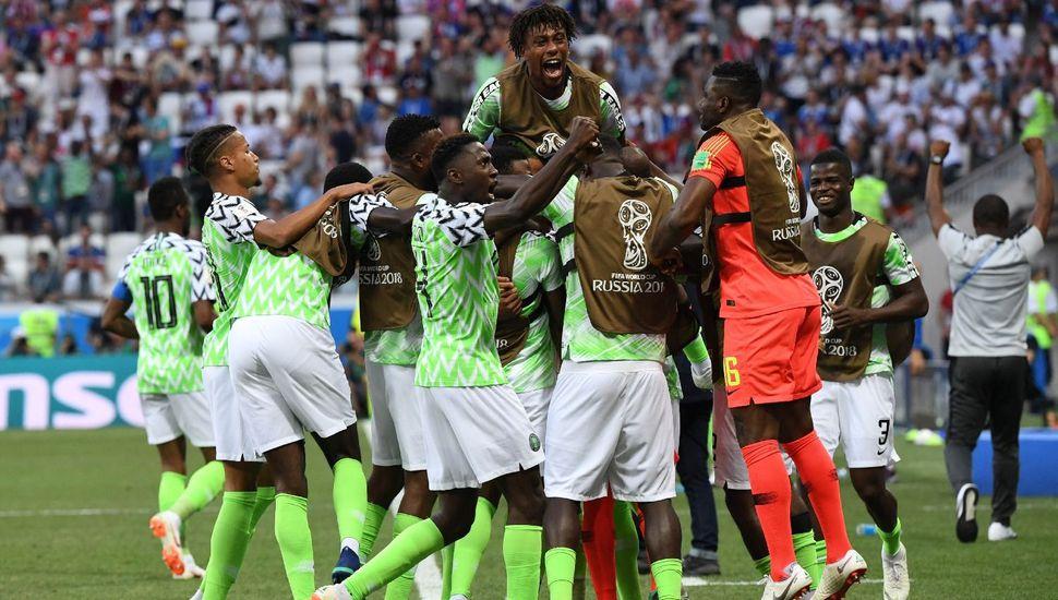 Nigeria venció a Islandia y le dio vida a la Selección argentina