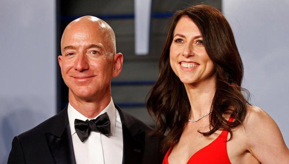 El fundador de Amazon, Jeff Bezos, y su exesposa, MacKenzie, en la fiesta de Vanity Fair posterior a los Oscar en Beverly Hills .