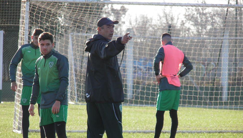 Ordena el DT.  Iván Delfino dando indicaciones, ayer, en Ciudad Deportiva.