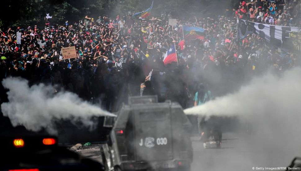 Los chilenos marcharon en Santiago contra el toque de queda y la represión estatal