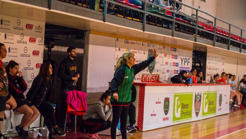 Ibarra dando indicaciones, atrás su asistente Tamburini y la PF, Natalia Bruno.