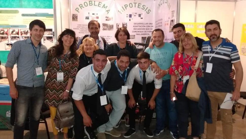 La delegación de la Escuela Técnica Nº1 en Tecnópolis, junto a la inspectora jefe, Silvia Casanova.