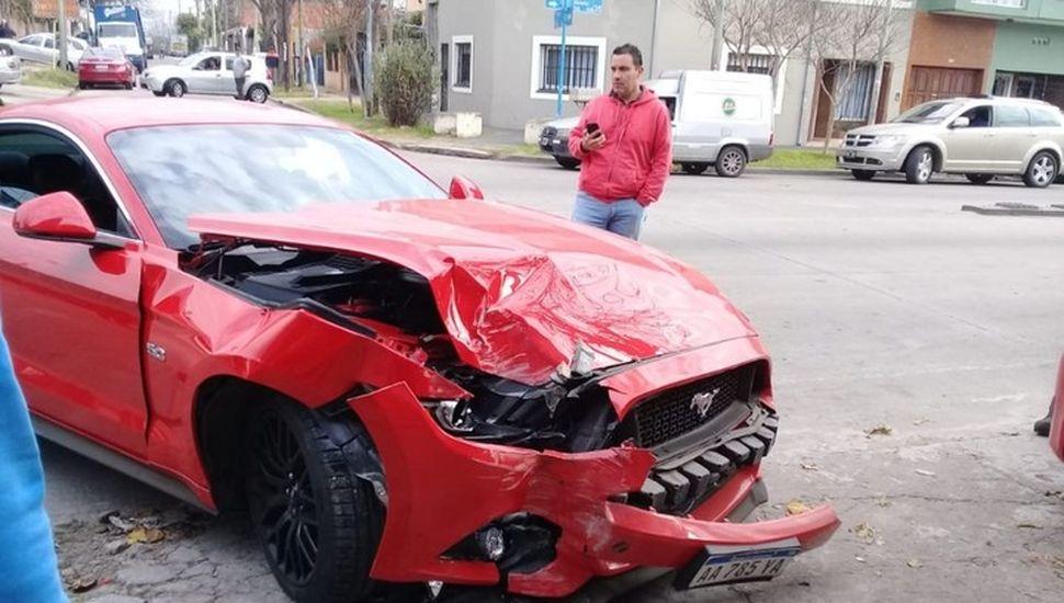 Dejó un Ford Mustang de USD 70 mil en el taller y se lo chocaron contra una pared