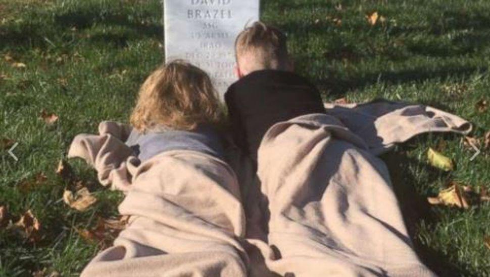 El desgarrador modo en que dos hermanitos viven la muerte de su padre
