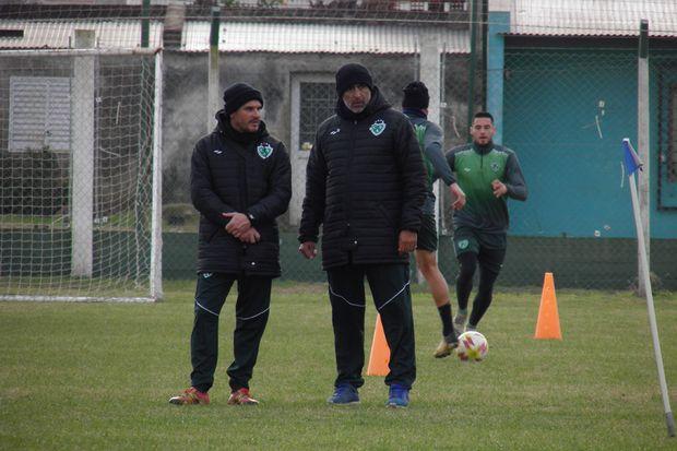 Cuerpo técnico. Gerardo Alfaro e Iván Delfino, ayudante de campo y DT de Sarmiento.