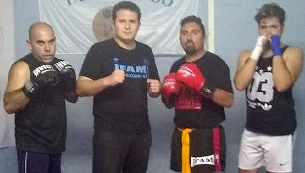 El profesor pintense posa con cultores de la especialidad kick boxing.