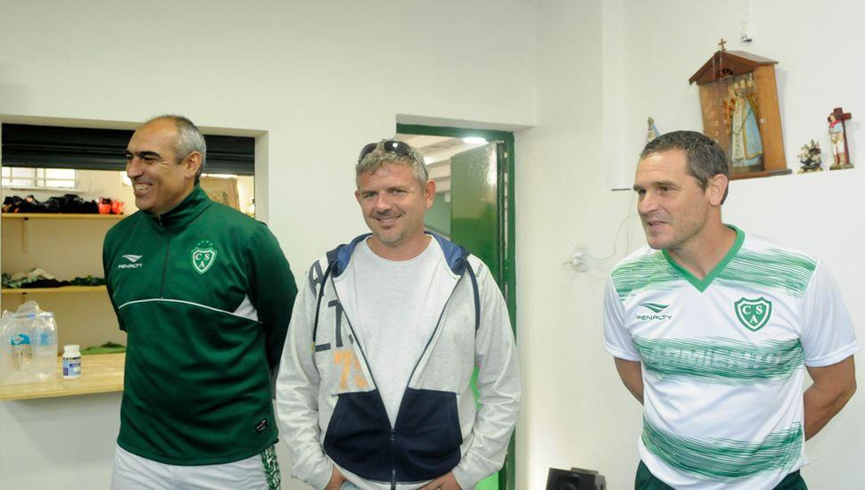 7 de octubre de 2017. Iván Delfino, Fernando Chiófalo y el ayudante de campo Gerardo Alfaro en la presentación oficial.
