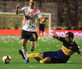 Carlos Izquierdoz va al piso, el defensor tuvo un gran partido.