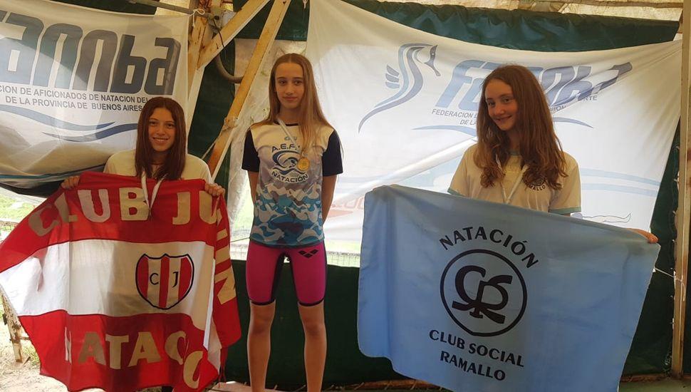 Anahí Massino, Pilar Manzur y Antonella Hanglin, el podio de los 100 metros espalda en Villa Ramallo.
