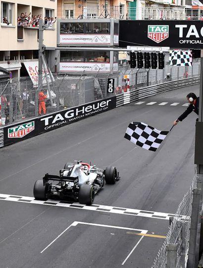 Hamilton cruza su cuarta bandera a cuadros del año en primer lugar.