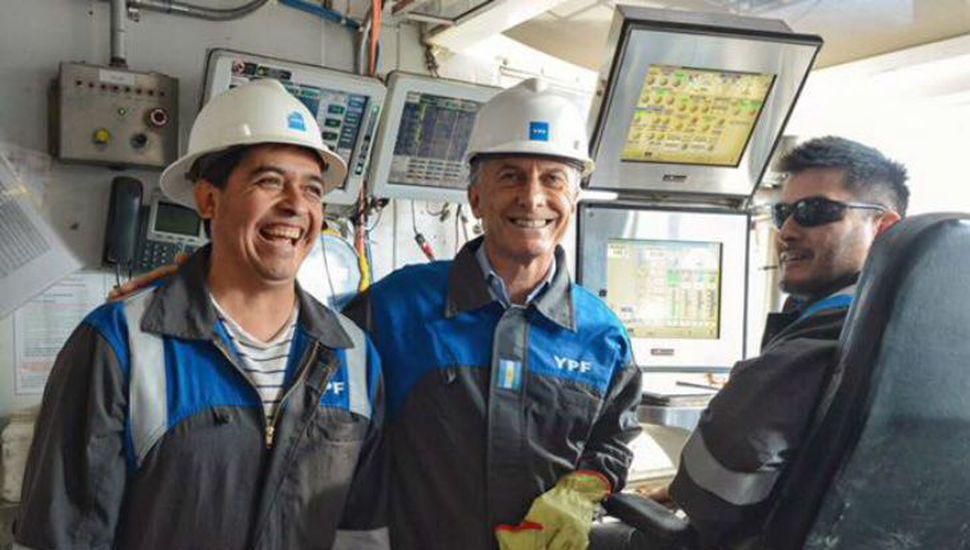 Macri evitó los actos y grabó un video en su visita a bomberos