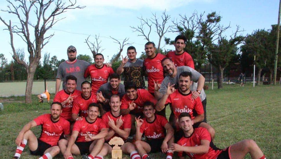 Los jugadores y cuerpo técnico de Los Miuras festejan el título obtenido en la Copa de Oro de la modalidad Seven de rugby.