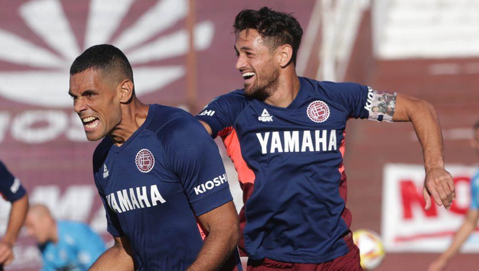 José Sand y Lautaro Acosta festejan la victoria.