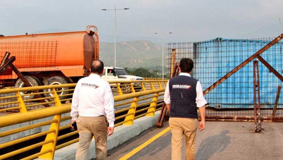Bloquean puente para impedir  la ayuda humanitaria