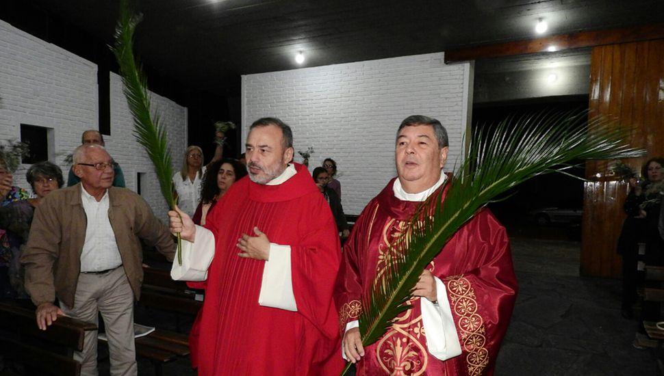Los presbíteros Carlos Luján Olguín Reguera y Raúl Moretto en un momento de la misa.