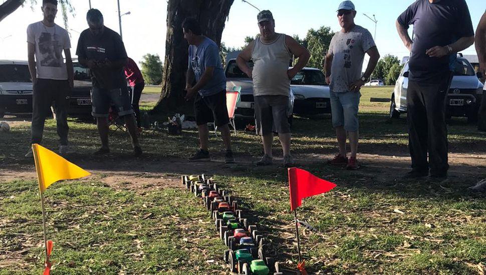 Previo al comienzo de una carrera en el Parque Borchex, los autitos están preparados para largar.