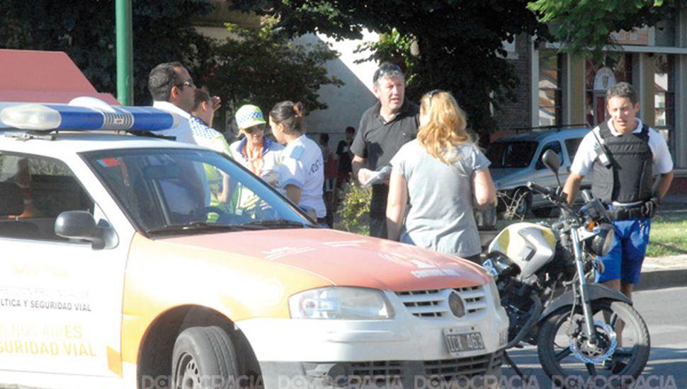 Violento accidente entre una moto y un automóvil