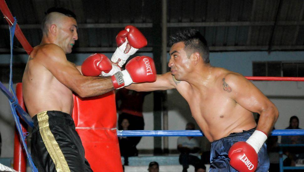 Fernando Ezequiel Farías conecta un directo de derecha sobre el cuerpo de Luis Valenzuela.