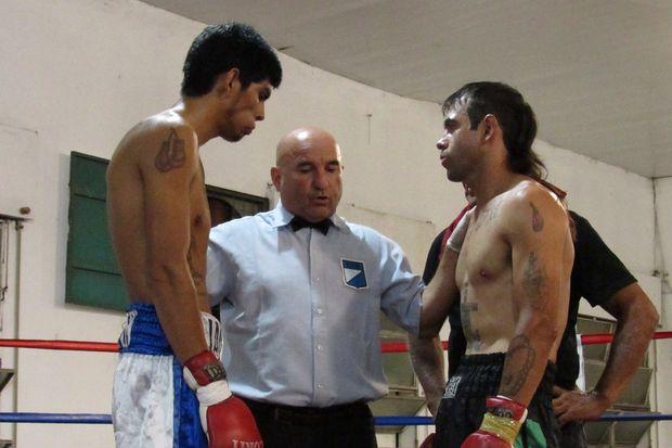 El árbitro Luis Mario le da las instrucciones previas a Francisco Olguín (izquierda) y a Jonathan Garraza.