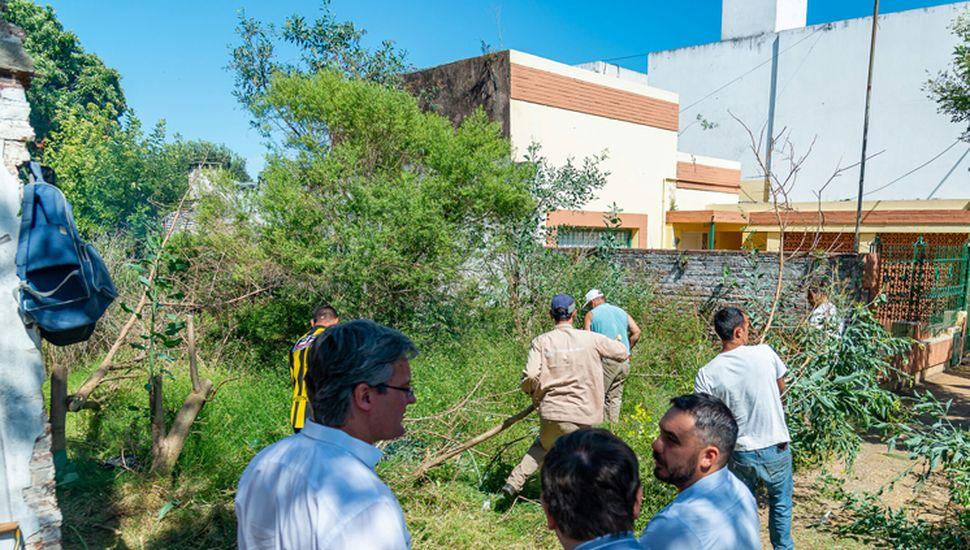 Funcionarios municipales en operativo de limpieza de lotes baldíos.