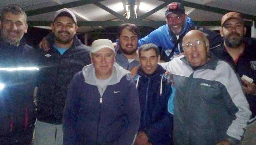 Participantes del concurso de pesca de carpas que ganó el binomio Soto-Cardinale.