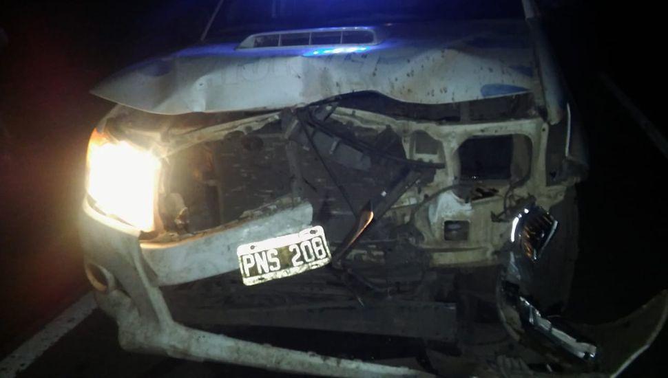 El móvil policial, con daños en la parte frontal.