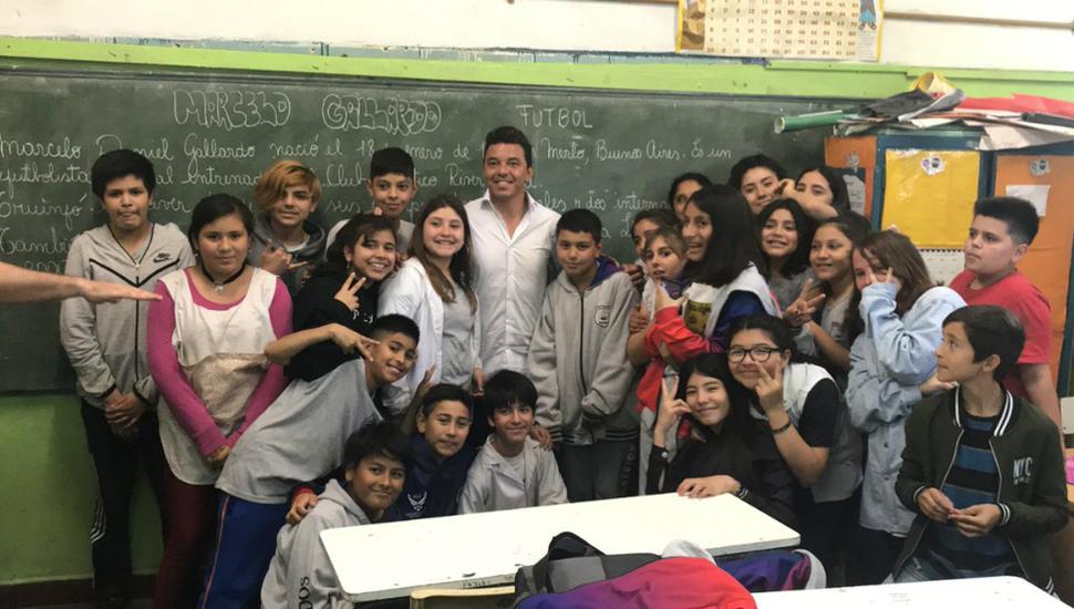 Marcelo Gallardo junto a los alumnos de Merlo.