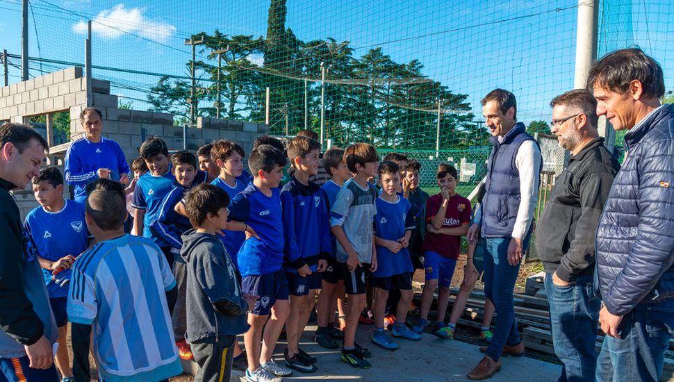 Pablo Petrecca, Diego Iacullo y Ariel Díaz junto a los chicos de Villa.