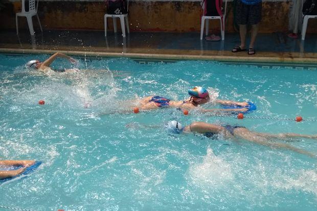 A puro entrenamiento  y diversión en la Escuela  Municipal de Natación