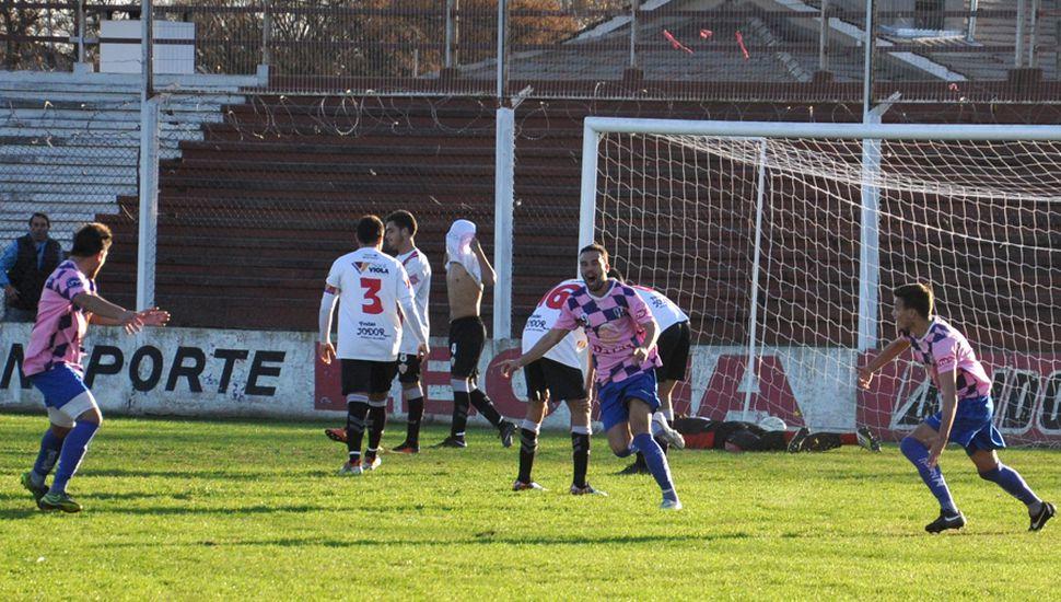 Agustín Sospicio, de Newbery, arranca el festejo del primero de sus dos goles.