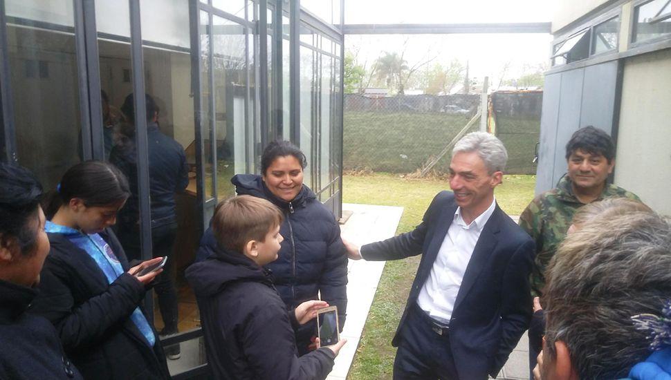 Mario Meoni dialogó con los vecinos, tras el acto.