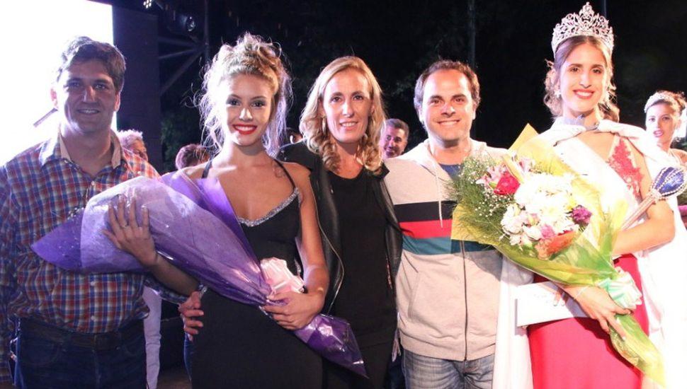El intendente Zavatarelli y miembros de la Comisión de festejos entregaron premios a la reina (derecha) y demás postulantes.