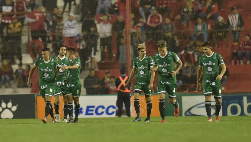Gol del Verde.  Molina, Magnín y Pombo; Fornari, Geminiani y Graciani; unidos en el festejo.