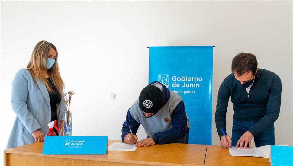 Lautaro López Calderón, referente del BMX, firma el acuerdo junto al intendente Petrecca.