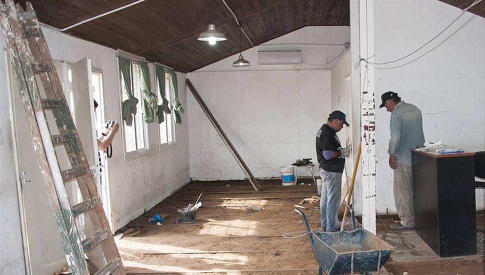 Realizan tareas de reparación y mejoras en el destacamento de la policía del barrio 11 de Julio.