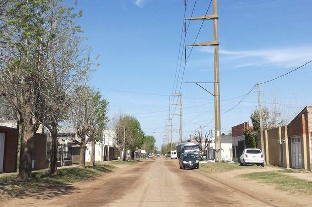 En el barrio Bicentenario esperan que, ahora que ya terminaron las obras del desagüe, Avenida La Plata sea asfaltada.