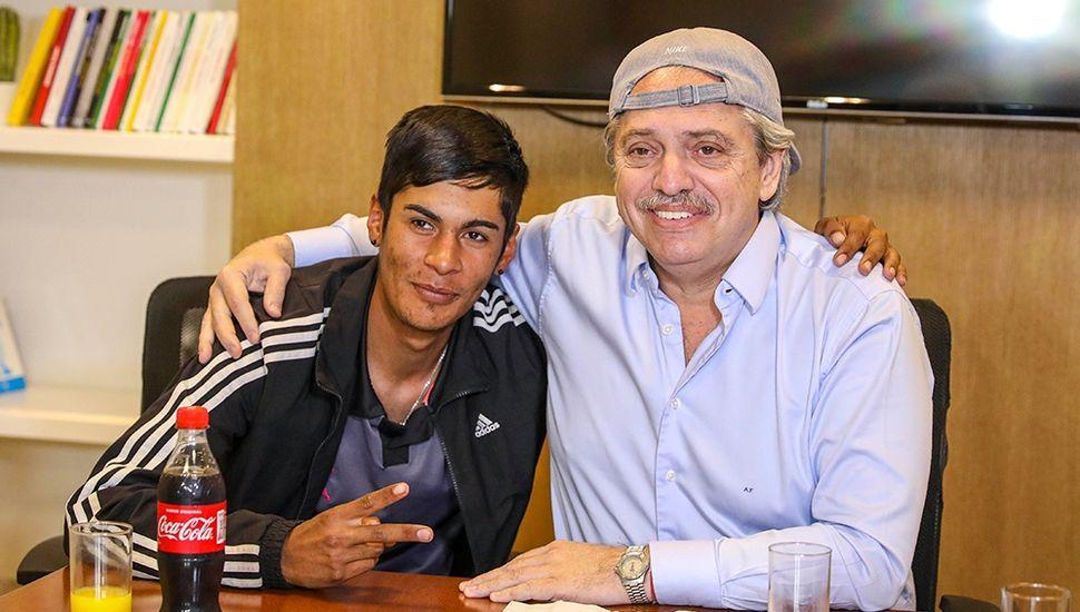 Alberto Fernández recibió al joven que fue presidente de mesa, discriminado en redes sociales